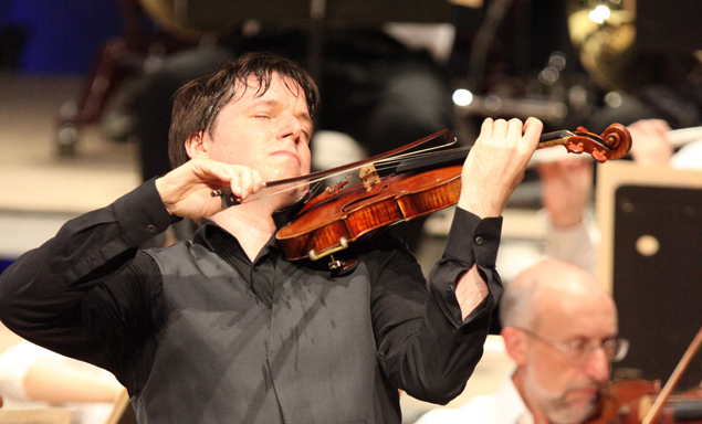 Despite the high temperatures, Joshua Bell attacks Tchaikovsky's Violin Concerto  with gusto. (Hilary Scott Photo)